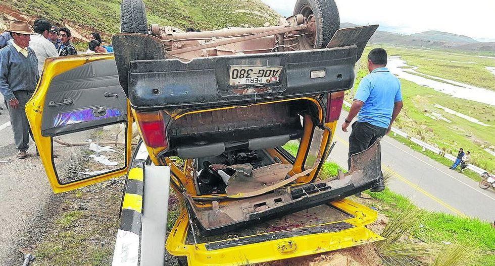 Auto impactó contra barandas en Azángaro, hay dos heridos