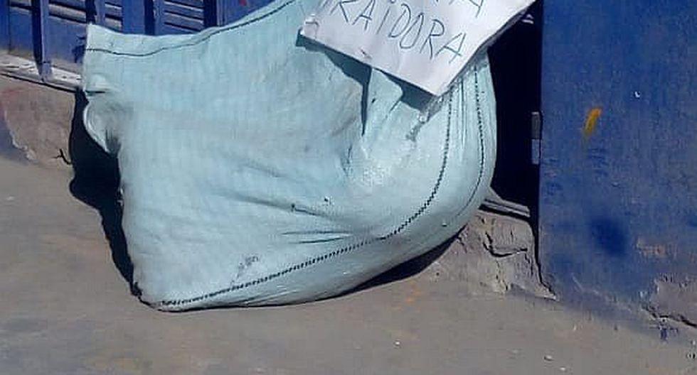 Dejan perro muerto frente a local partidario de candidata en Paucarpata